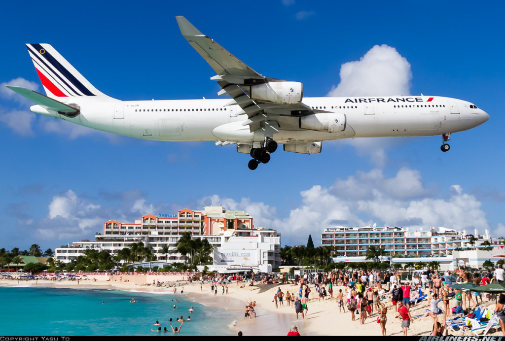 Air France A340-300 landing at St Maarten. (c) Yasu To
