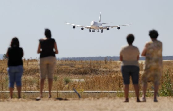 Spotters watch the first 747 land (Photo: EL PAÍS)