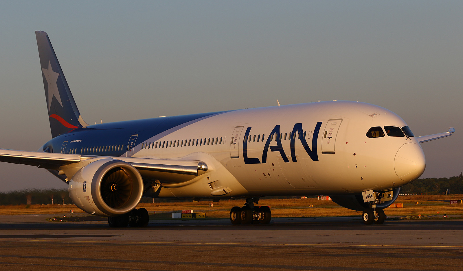 LAN 787 at Frankfurt Airport